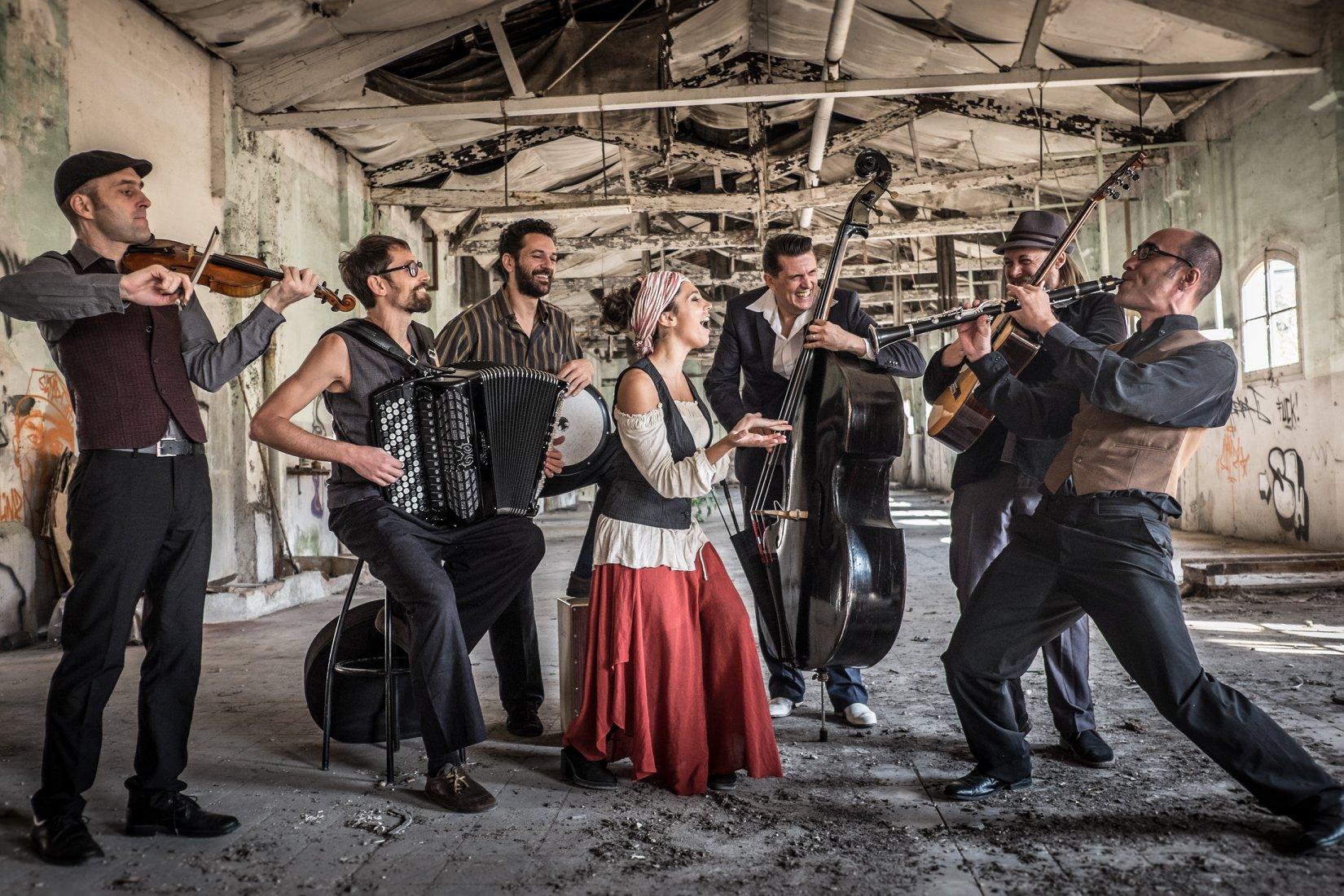 """""""Barcelona Gipsy Balkan Orchestra"""" nastup na otvorenoj sceni postavljenoj na Trgu oslobođenja – Alija Izetbegović"""